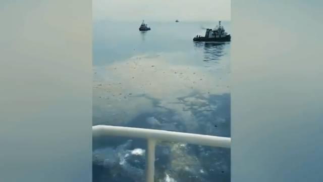 Flugzeug stürzt mit 189 Personen ins Meer