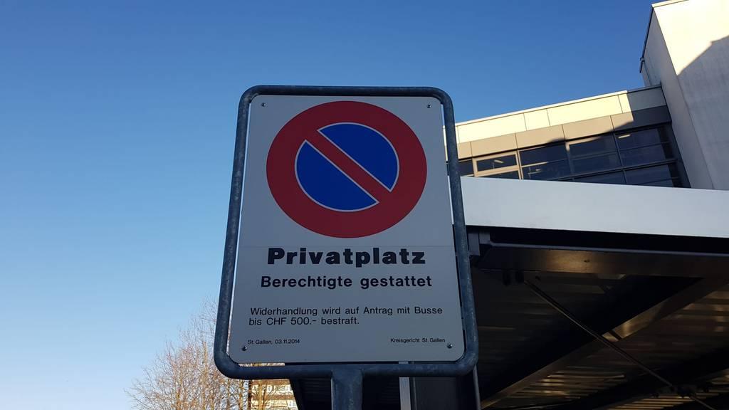 Diese Tafel zeigt, dass hier ein richterlich verfügtes Parkverbot herrscht.
