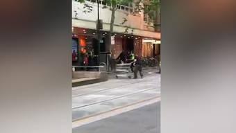 «Ohne Zweifel ein Held»: Michael Rogers versucht den Messerangreifer von Melbourne zu stoppen.