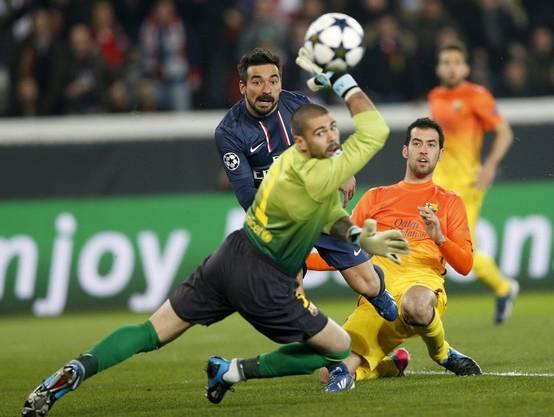 Barça-Goalie Victor Valdes hält den Ball, Ezequiel Lavezzi kann nichts machen.