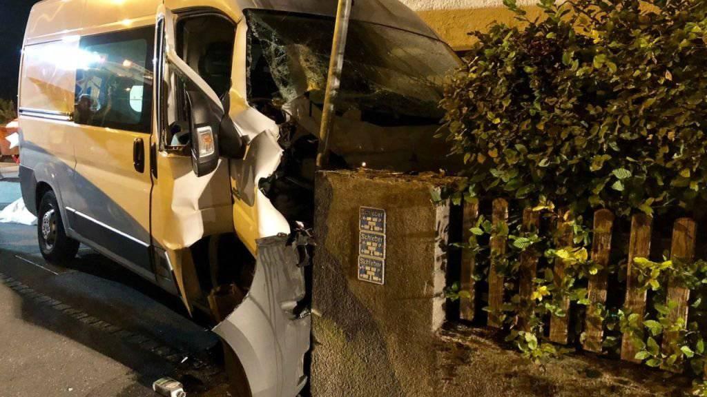 Bei einem Unfall in Oberurnen ist ein 64-jähriger Lieferwagenlenker ums Leben gekommen. Möglicherweise ist ein medizinisches Problem die Unfallursache.
