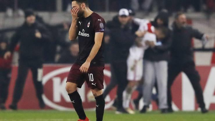 Ein Abend zum Vergessen: Durch das 1:3 bei Olympiakos Piräus verpasste Hakan Calhanoglu (Bild) mit Milan den Einzug in die K.o.-Phase der Europa League