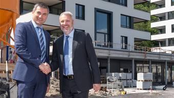 Claudio Arnold (l.) übernimmt von Andreas Voser das Amt des Präsidenten der AZKImmobilien AG. zvg