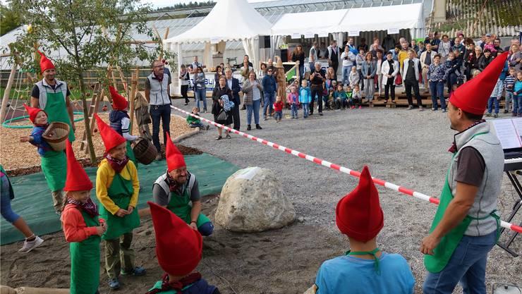 Zwerge schauten zum neuen Spielplatz, bevor er für alle Kinder geöffnet wurde. Die Jubiläumsfeierlichkeiten zogen viele Leute ins Murimoos. Eddy Schambron