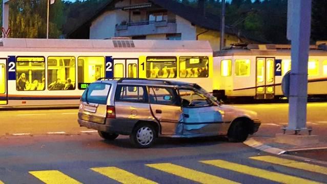 Das abgeschleppte Auto wurde vom Zug erfasst.