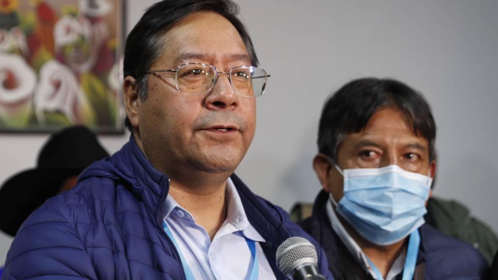 Luis Arce (l), Präsidentschaftskandidat der Partei Movement Towards Socialism (MAS), spricht während einer Pressekonferenz nach den Parlamentswahlen. Foto: Juan Karita/AP/dpa