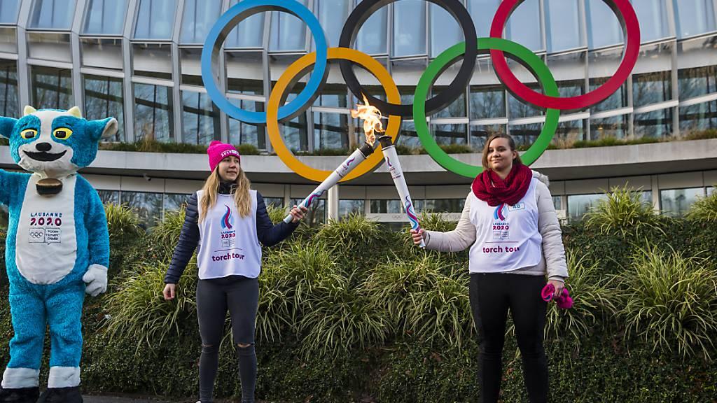 Die Schweiz ist an den Jugend-Winterspielen in Lausanne in 15 Disziplinen am Start (links im Bild Maskottchen Yodli)