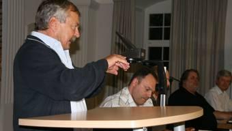 Ingenieur Peter Hofmann informiert in Laufenburg über die Sanierung der Werkleitungen in der Altstadt. (Bild: psc)