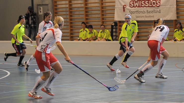 Unihockey Basel Regio gegen Red Lions Frauenfeld in Pratteln im Kuspo. Jasmoin Buehler bringt Tempo ins Spiel.