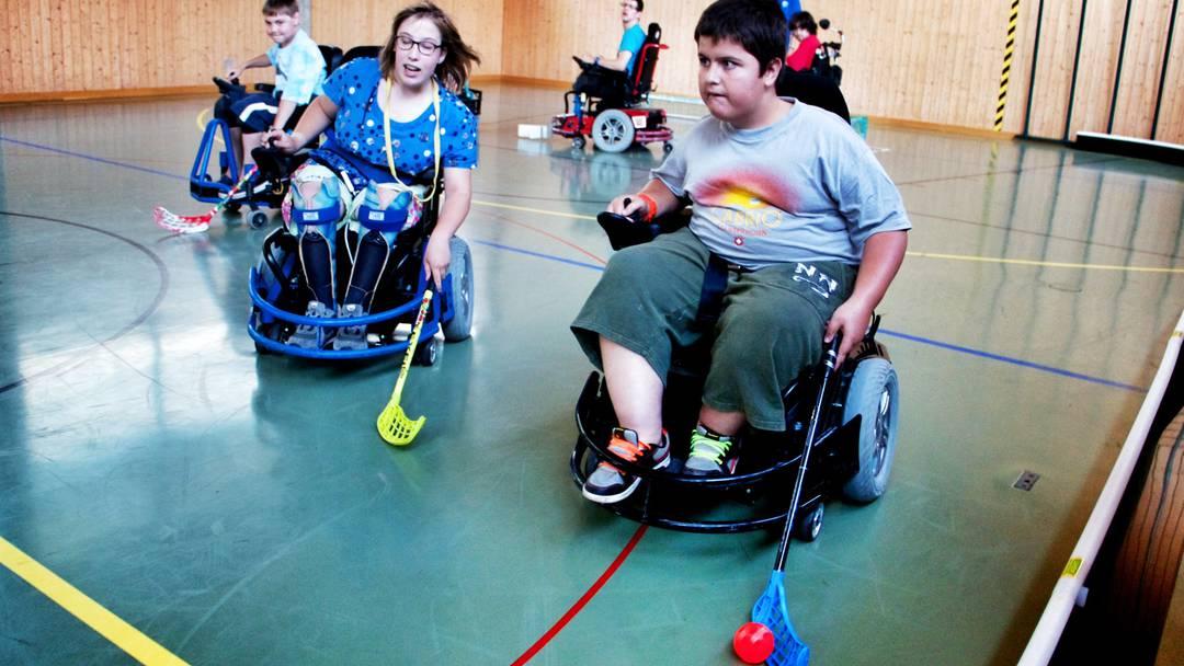 Junge Menschen aus dem Aargau spielen Elektro-Rollstuhl-Hockey