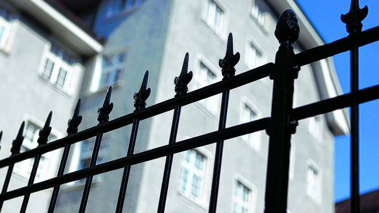 Rund 100 Personen postierten sich vor dem Franziskanerhof. (Archiv)