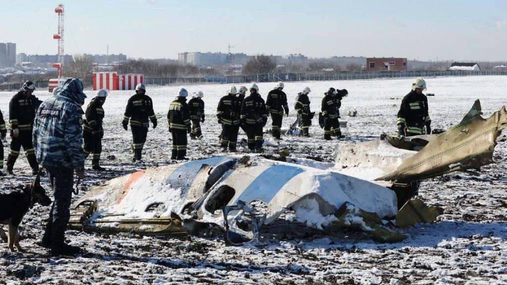 Mitarbeiter des russischen Notfalldienstes inspizieren Wrackteile der abgestürzten Maschine.