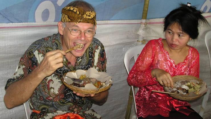 Erich Lüscher mit seiner Ehefrau Wiji bei einer indonesischen Hochzeit.
