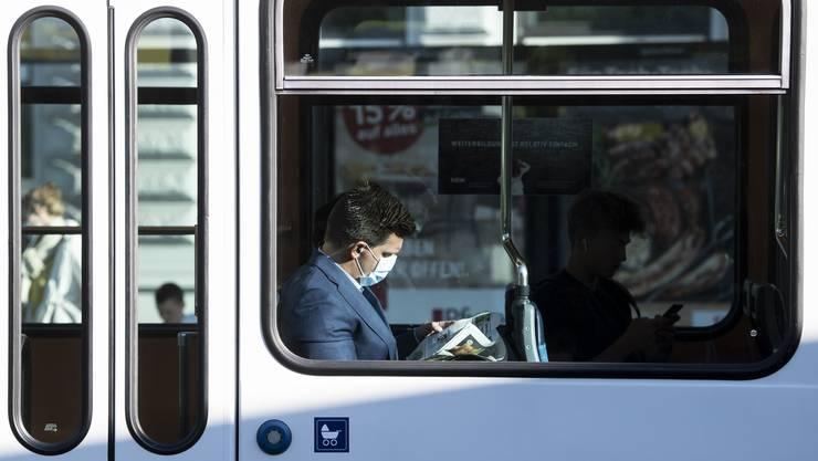 Mit Maske in der Zürcher Tram.