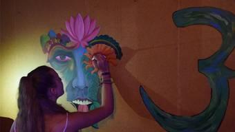Eine Jungkünstlerin gestaltet eine Wand in der Stampf-Bude-Staffeln.