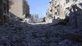 Aufnahme eines von Luftangriffen der syrischen Armee getroffenen östlichen Quartiers von Aleppo. Kein einziges Viertel von Ost-Aleppo sei von den Bombardements verschont worden, erklärte die in Grossbritannien ansässige Beobachtungsstelle für Menschenrechte.