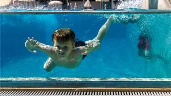 Wasser als (Er-)Lösung an heissen Julitagen: Entweder im Bassin oder als Regen. Hanspeter Bärtschi