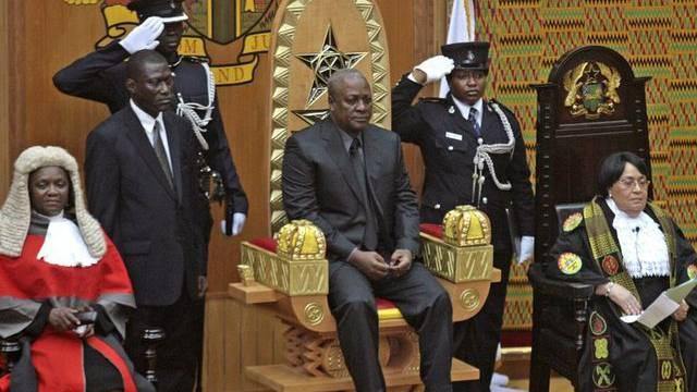 Der neu vereidigte Staatschef Ghanas, John Dramani Mahama (m.)