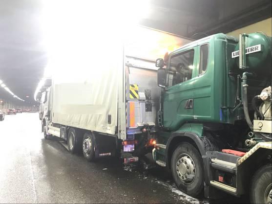 Er krachte in einen anderen Lastwagen, dieser wiederum wurde in den Laster vor ihm geschoben. Beim Unfall wurde niemand verletzt.
