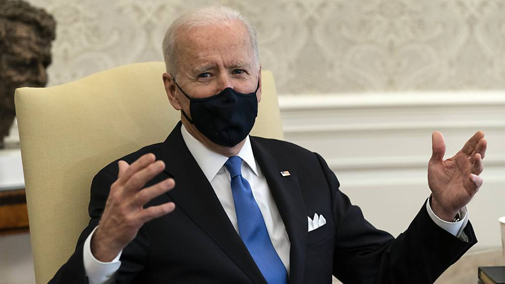 Joe Biden, Präsident der USA, spricht während eines Treffens im Oval Office. Foto: Alex Brandon/AP/dpa