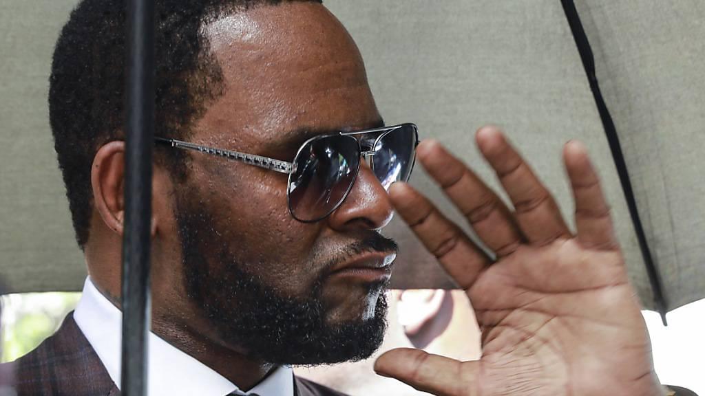 ARCHIV - R. Kelly, Musiker aus den USA, verlässt nach einer Anhörung das Leighton Criminal Court Gebäude. Der US-Sänger ist wegen sexuellen Missbrauchs angeklagt. Foto: Amr Alfiky/AP/dpa