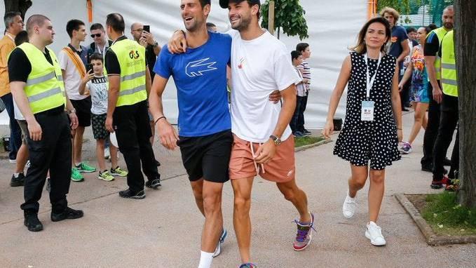 Novak Djokovic und Grigor Dimitrov Arm in Arm.