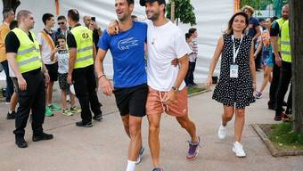 Novak Djokovic und Grigor Dimitrov Arm in Arm.