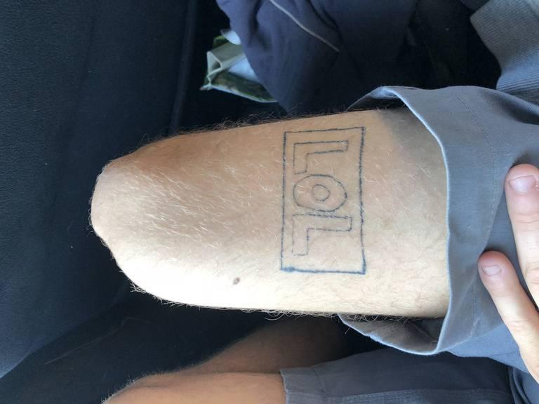 Es hat sich ausgelacht. Inzwischen schämt sich der Besitzer dieses Schriftzuges für das Tattoo. (Bild: zVg)