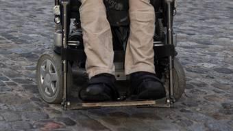 Mit dem elektrischen Rollstuhl über Pflastersteine zu fahren ist mühsam bis schmerzhaft, doch mit einem handbetriebenen Modell ist es geradezu unmöglich.