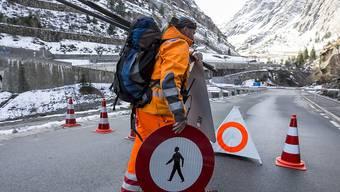 Können wieder weg: Die Sperrschilder auf der Gotthard-Passstrasse in der Schöllenenschlucht.