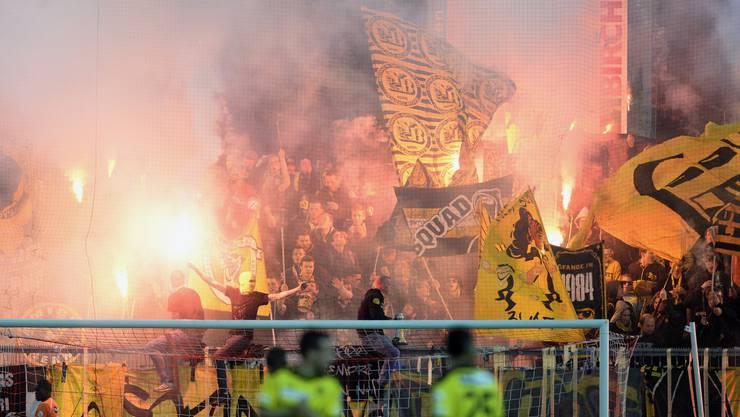 Die YB-Fans brennen Petarden ab.