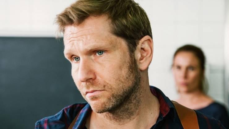 """Privat und beruflich nachdenklich: Der Zürcher Schauspieler Samuel Streiff, hier in seiner Rolle als Hilfspolizist Reto Dörig im """"Bestatter"""" (SRF)."""