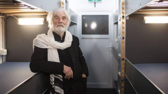 Pfarrer Ernst Sieber in seinem neuen Pfuusbus im Albisgüetli, aufgenommen am Montag, 14. November 2016, in Zürich. Im Pfuusbus beherbergt Sieber Obdachlose. Foto: KEYSTONE/Ennio Leanza