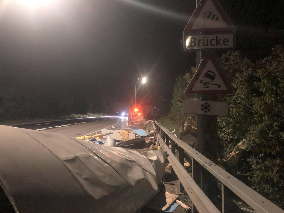 Die Kantonsstrasse bei Hemishofen war über eine Stunde während der Räumung gesperrt oder nur einspurig befahrbar. (© Kapo SH)