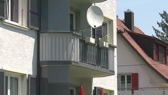 Gleich zwei Fälle wurden am Donnerstaggemeldet. In Balsthal stürzt ein 5-jähriger Junge vom 2. Stock. Er hatte Glück und wurde nur leicht verletzt. In Grenchen fiel eine Frau von der Veranda. Die Polizei vermutet, dass es sich bei ihr um einen Suizidversuch handelte.