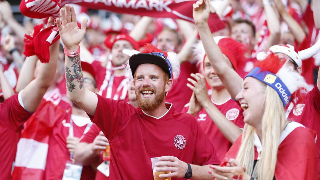 Die dänischen Fans sind in Festlaune.
