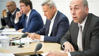 SVP-Vertreter gehen hart ins Gericht mit dem Bericht des Staatssekretariats für Wirtschaft zu 15 Jahren Personenfreizügigkeit (rechts im Bild: der Berner Nationalrat Manfred Bühler).