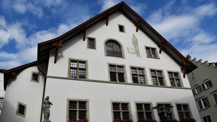Im Rathaus in Brugg diskutiert der Einwohnerrat am Freitagabend unter anderem über das Budget.