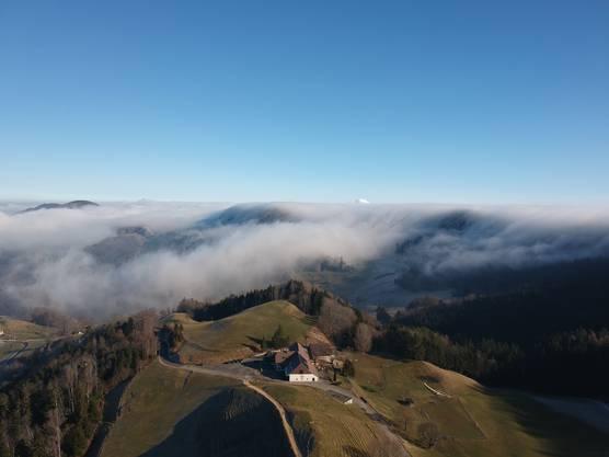 Imposante Nebelwelle überschwappt den Schmutzberg bei Ifenthal in Richtung Baselbiet - im Vordergrund der Oberbölchen.
