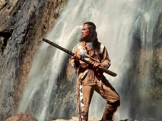 """Pierre Brice als Apachen-Häuptling """"Winnetou"""" in einer Szene des Karl-May-Films """"Winnetou 3""""."""