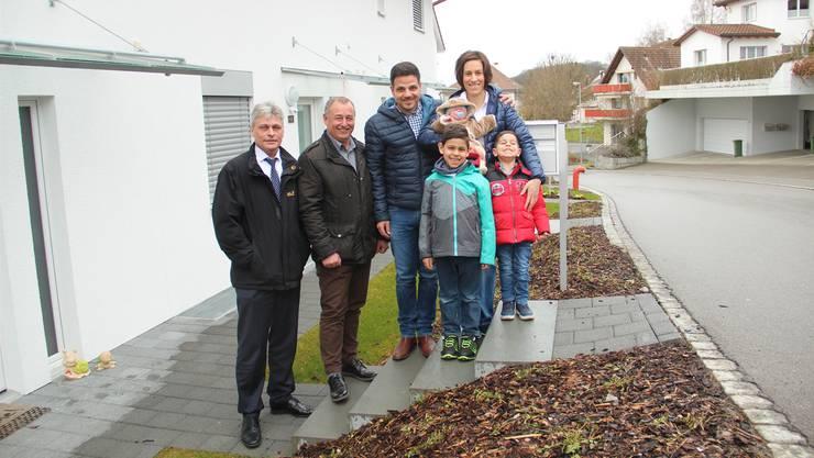 Gemeindeschreiber Walter Bürgi und Ammann Roger Hausherr (von links) heissen Familie Marchese herzlich willkommen. AW