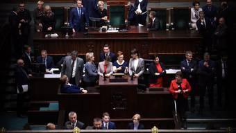 Polnische Parlamentsmitglieder im Plenarsaal - wegen einer politischen Krise verzögerte sich die Sitzung der Abgeordneten erneut.