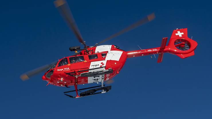 Ein 82-jähriger Autolenker geriet in Wetzikon ZH aus noch ungeklärten Gründen auf die Gegenfahrbahn und musste nach einer Kollision schwer verletzt mit einem Rettungshelikopter ins Spital geflogen werden. (Archivbild)
