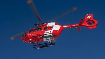 Ein 82-jähriger Autolenker musste nach einer Kollision von zwei Personenwagen in Wetzikon ZH schwer verletzt mit einem Rettungshelikopter ins Spital geflogen werden. Er erlag später an seinen Verletzungen. (Archivbild)