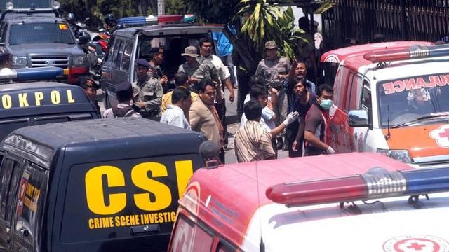 Rettungskräfte sichern den Tatort nach der Explosion in Solo