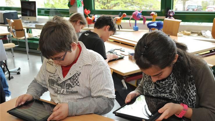 Den Schülerinnen und Schülern, welche in vielen Fächern die Laptops benutzen, dürften die massiv kürzeren Login-Zeiten mit dem revidierten ICT-Netz auffallen. (Themenbild)