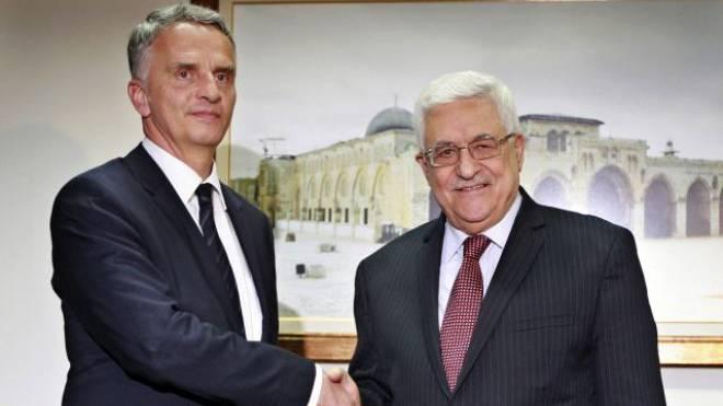 Didier Burkhalter mit Palästinenserpräsident Machmud Abbas. Foto: Keystone