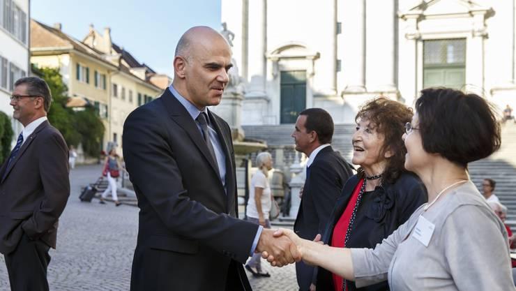 SP-Nationalrätin Bea Heim (Mitte) und Pro Senectute Geschäftsleiterin Ida Boos (rechts) begrüssen Bundesrat Berset in Solothurn.