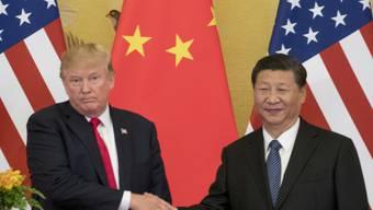China bemängelt die Vorgehensweise von US-Präsident Donald Trump (links) bei der Verhängung neuer Strafzölle. (Archivbild)