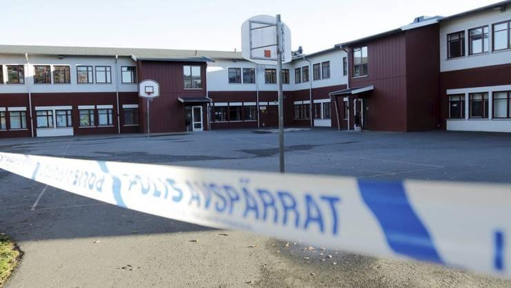 Ein Polizei-Absperrband vor der Kronan-Schule in Trollhättan, wo ein 21-Jähriger am Donnerstag einen Lehrer-Assistenten und einen Schüler getötet hatte. Die grausige Tat hatte laut den Ermittlern einen rassistischen Hintergrund